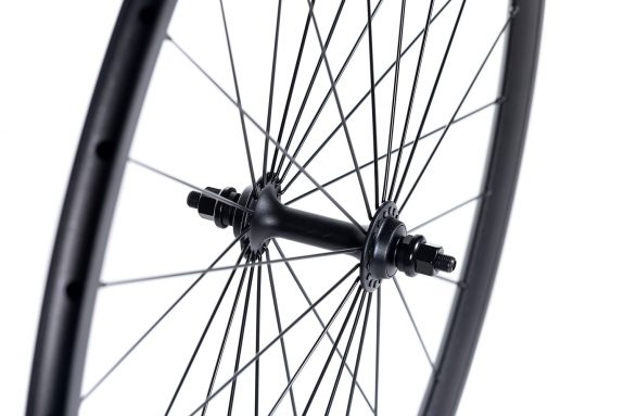 8bar super track front hub detail 575x383 - GIGA DISC Wheelset